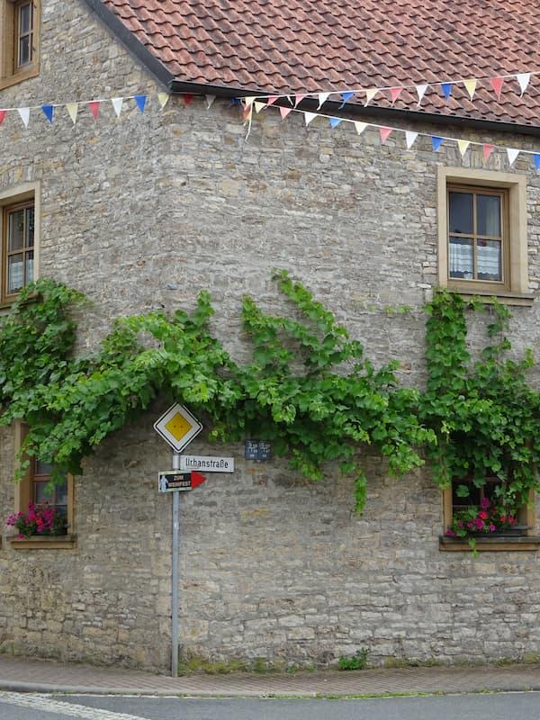 Ausflugsziele in Franken: Wehweiser zum Weinfest